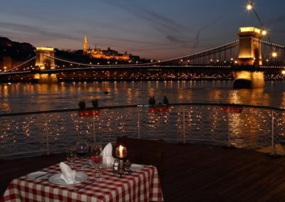 25 minute private boat tour with river side dinner