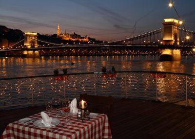 25 perces élményhajózás Duna parti vacsorával